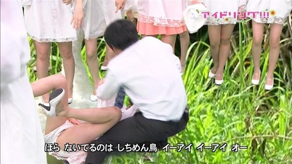 【放送事故画像】テレビなのにお股開きすぎて股関節の隙間からえらいもん見えてますがなwww 23