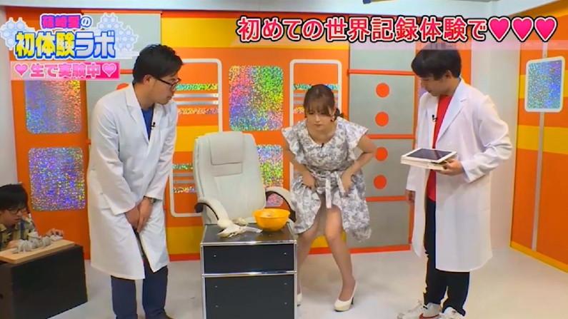 【放送事故画像】チラッとだけどそのチラが超嬉しいタレントのパンチラする瞬間www 10