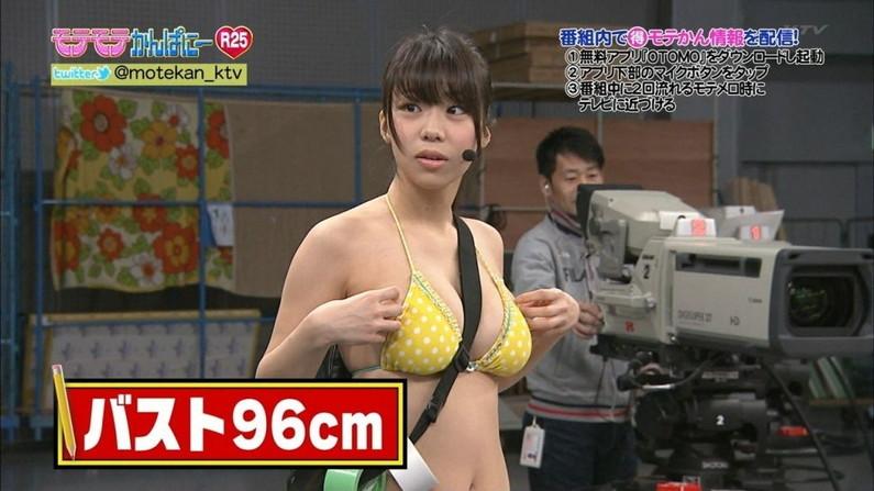 【オッパイキャプ画像】水着紹介と言いながらやたらと巨乳強調するテレビ業界ww