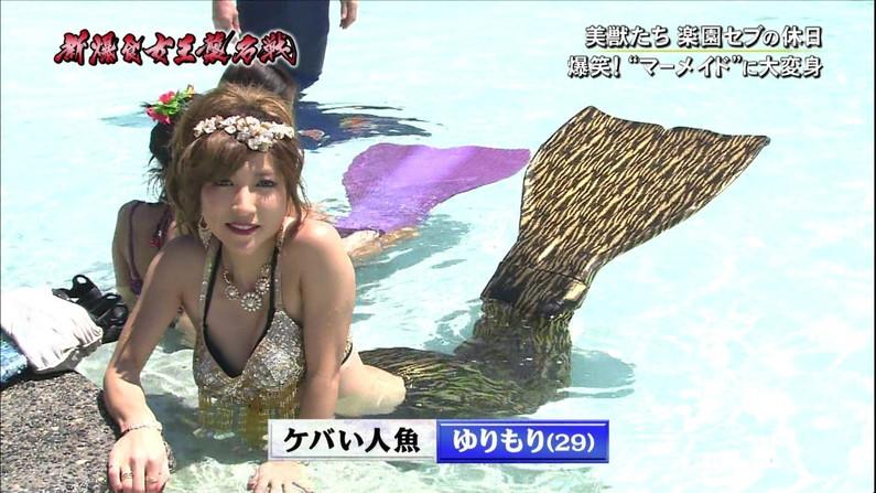 【オッパイキャプ画像】水着紹介と言いながらやたらと巨乳強調するテレビ業界ww 10
