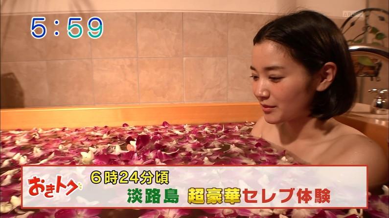 【入浴キャプ画像】湯船に浮かぶ巨乳がたまらなくエロく見えるタレントの入浴シーン