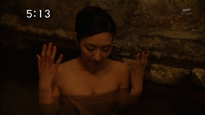 【入浴キャプ画像】湯船に浮かぶ巨乳がたまらなくエロく見えるタレントの入浴シーン 06