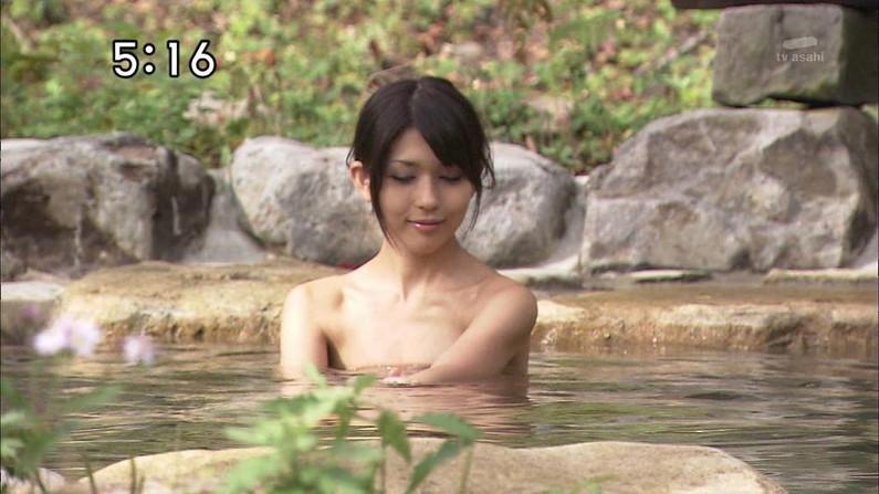 【入浴キャプ画像】湯船に浮かぶ巨乳がたまらなくエロく見えるタレントの入浴シーン 07