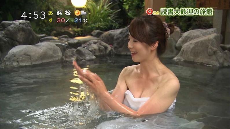 【入浴キャプ画像】湯船に浮かぶ巨乳がたまらなくエロく見えるタレントの入浴シーン 14