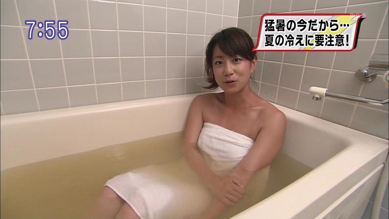 【入浴キャプ画像】湯船に浮かぶ巨乳がたまらなくエロく見えるタレントの入浴シーン 23