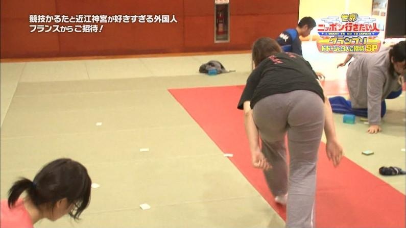 【お尻キャプ画像】キュッと食い込んだズボンからパンツラインまで見えちゃってる女子アナ達 12