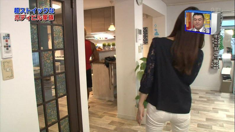 【お尻キャプ画像】キュッと食い込んだズボンからパンツラインまで見えちゃってる女子アナ達 24