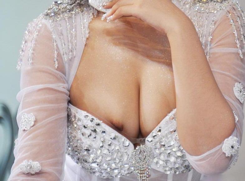 【素人ポロリ画像】暑くなってくると段々露出度も増えるけど乳首まで出ちゃってますよw 13