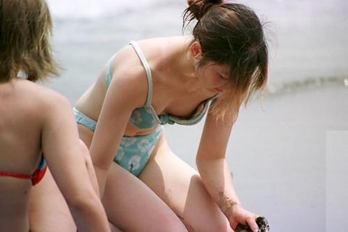 【ポロリ画像】夏の風物詩と言っても過言ではないビキニからポロリしちゃうハプニング画像ww 04