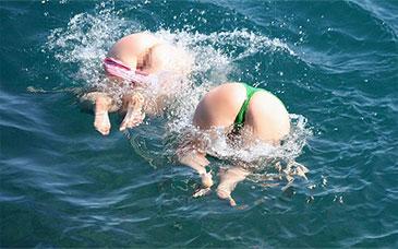 【夏盗撮 エロ画像】素人娘が海やプールでハプニング起こしまくってる件www